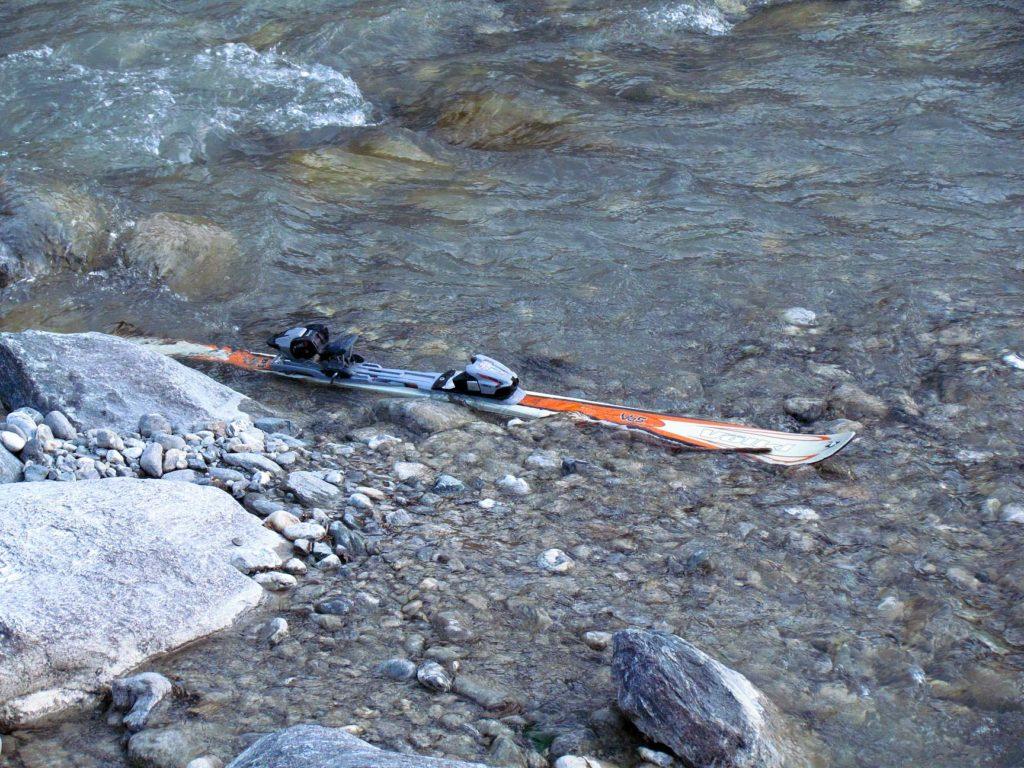 porzucona narta w potoku górskim w Ischgl